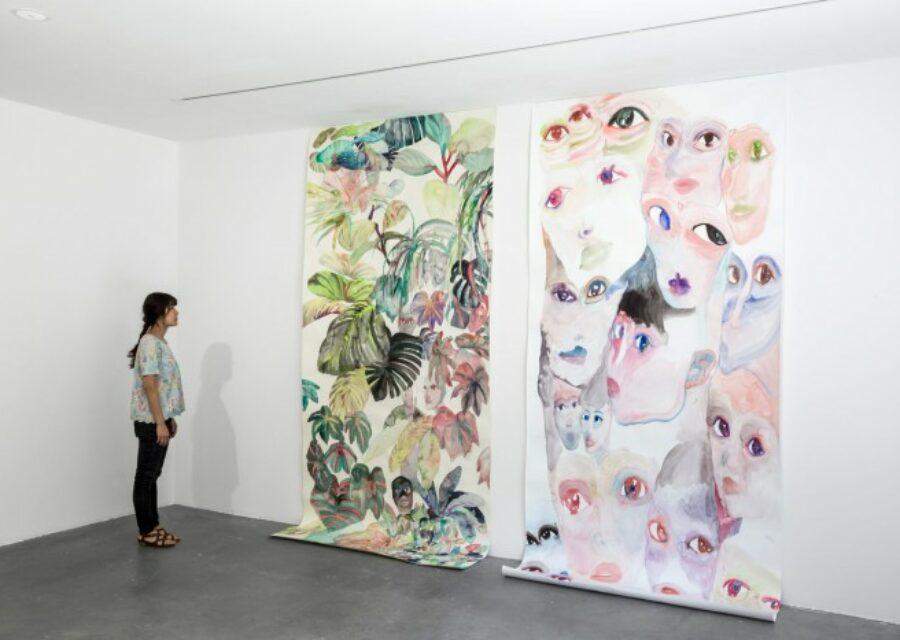 l'artiste Makiko Furuichi devant ses oeuvres